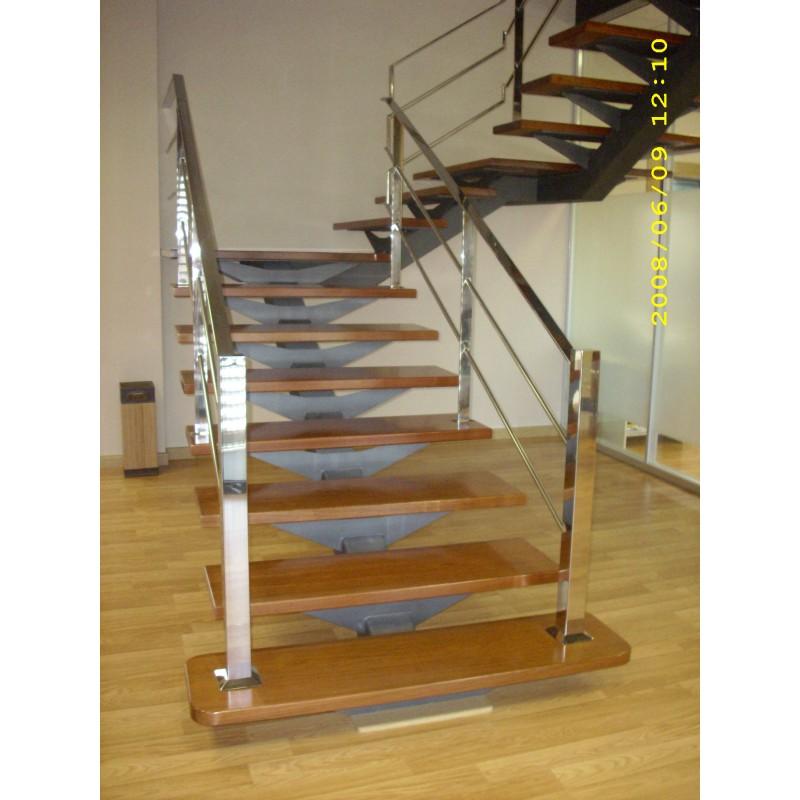 Escalera interior a medida con zanca central en acero