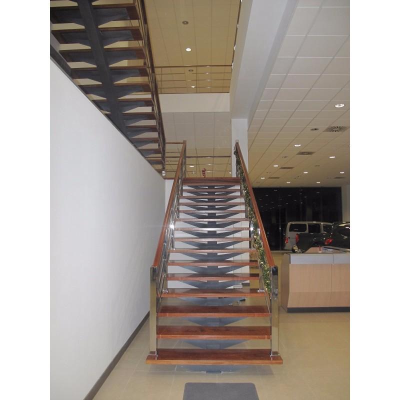 Escalera interior a medida zanca central en acero