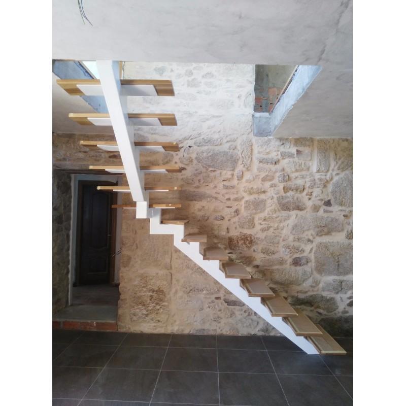 Escalera interior a medida con zanca central acero